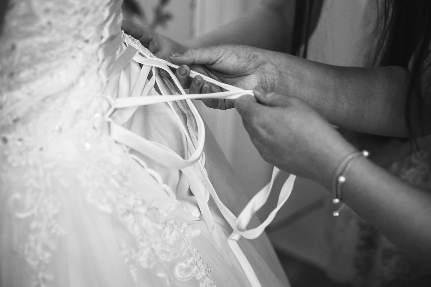 Krajkové svatební šaty se spadlými rameny - Obrázek č. 2