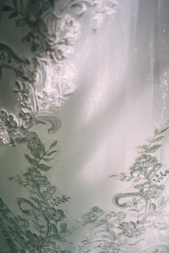 Krajkové svatební šaty se spadlými rameny - Obrázek č. 3
