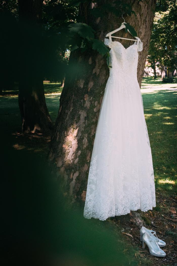 Krajkové svatební šaty se spadlými rameny - Obrázek č. 4