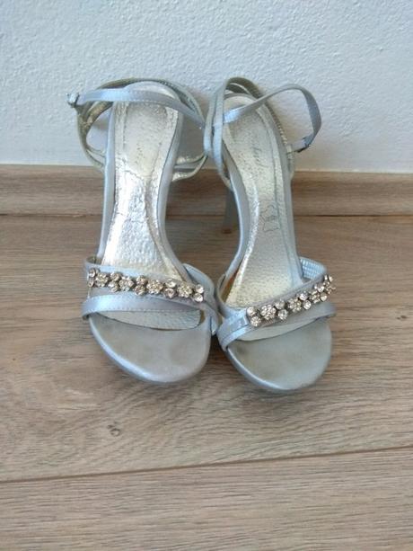Páskové stříbrnošedé sandálky - Obrázek č. 1