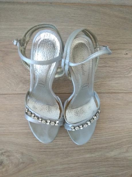 Páskové stříbrnošedé sandálky - Obrázek č. 2
