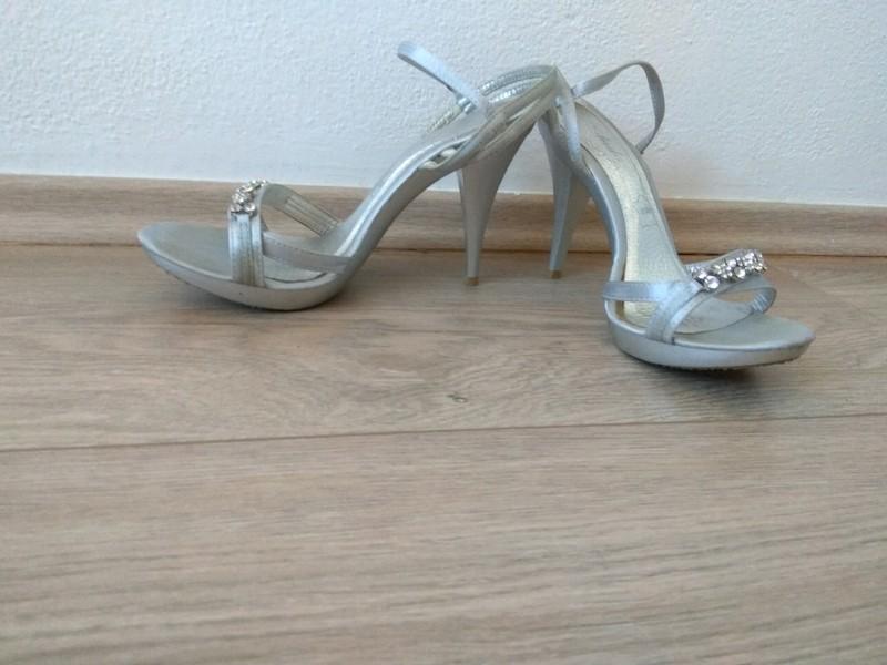 Páskové stříbrnošedé sandálky - Obrázek č. 3