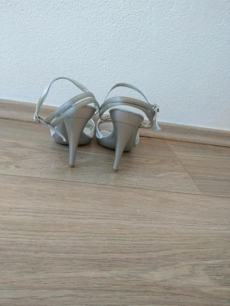 Páskové stříbrnošedé sandálky - Obrázek č. 4