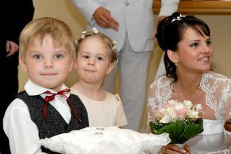 naši najmenší synovec a neterka - niesli prstienky