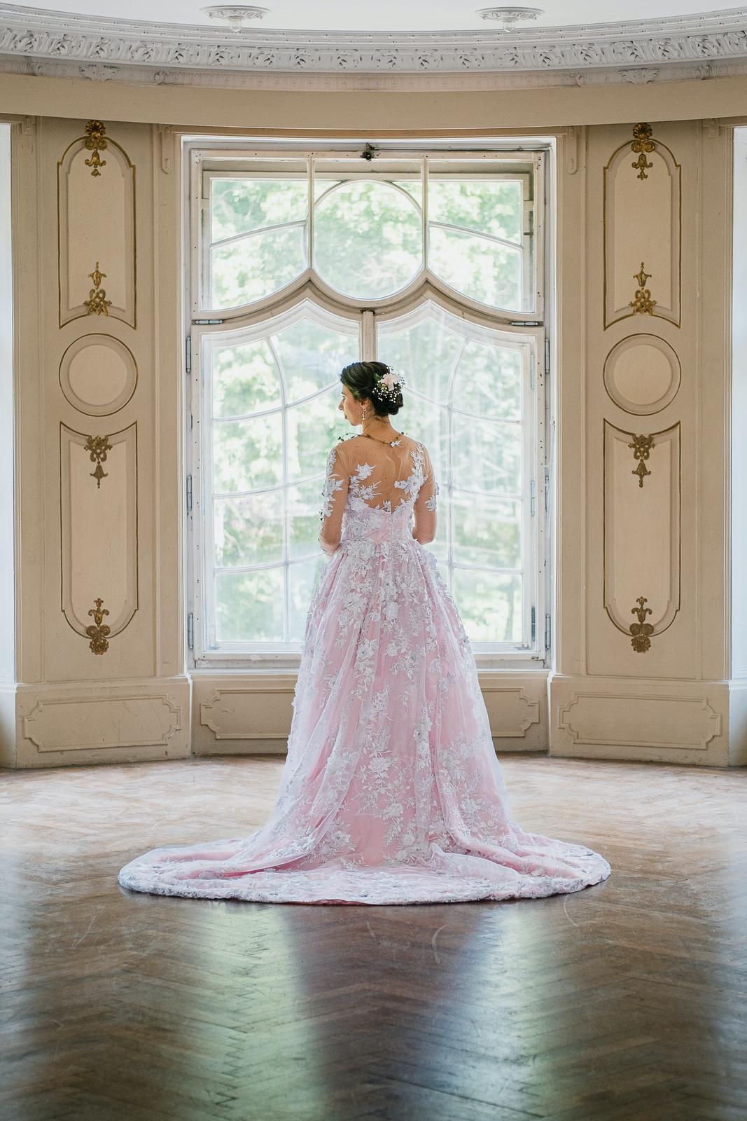 Růžové krajkové svatební šaty s vlečkou (3D bílá krajka) - Obrázek č. 1