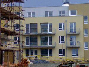 tak a to je on, nas sampion :-) 2.poschodie a 2 balkony..uz aby to bolo