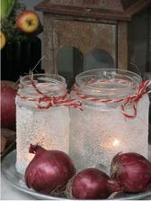 Určite vyskúšam ... sklenice namazať vaječným bílkem a obsypat krystalovým cukrem :-) vložit svíčku a lucernička je na světě :)