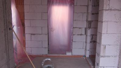 ode dveří, vlevo garáž, vpravo schody a chodba do kuchyně a obýváku