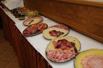 takhle si Žebětínský dvůr představuje 3,3Kg sýra a 1,8Kg šunky... Ps. kdo uvidí uzené maso, přihlašte se :)