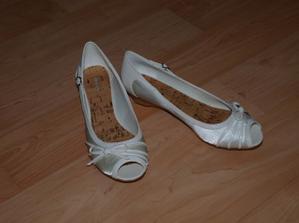 Tyhle botky budu mít na sobě...jsou pohodlné, super sedí. Koupila jsem je u Deichmanna za asi 600,- skvělý kup.