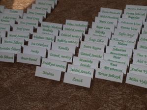 Osobně vytvořené jmenovky pro svatební hosty
