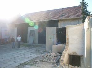 místo této stodoly, která byla srovnána se zemí na podzim 2010, už stojí náš dům