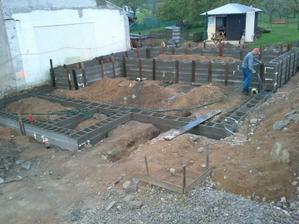 Tady už je i naše mezipatro...brzy se bude vylívat betonem