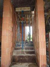 schody, který vedou od vstupních dveří do obývacího pokoje s kuchyní