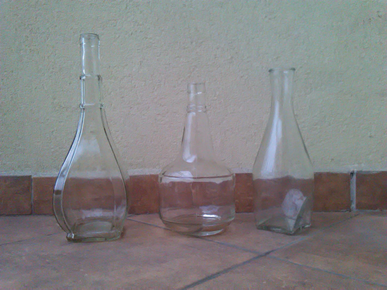 Staré fľaše a karafa s uzáverom - Obrázok č. 1