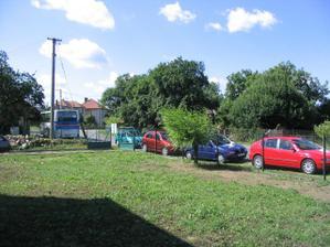 kolona nazdobených aut před domečkem