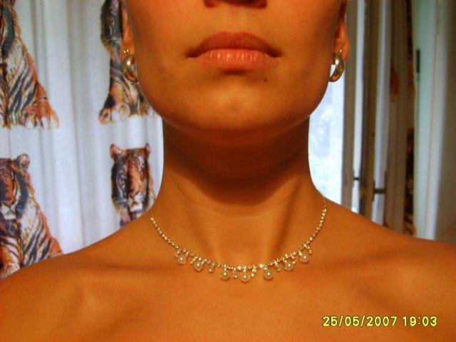 Monika+Ďusi 7.7.2007 - konečne som si našla bižutérku a k tomu sú perličkové naušničky