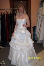 vybrané šaty :) paní v salonu byla moc milá a ochotná, tak byla radost zkoušet :) Ve skutečnosti se mi ale líbí víc než jak vypadají na fotce
