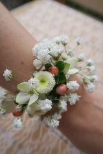 náramek pro družičku z živých květů