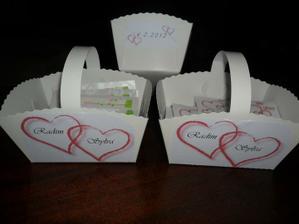 tyto košíčky budou mít holky  na rozdávání kapesníčků  a srdíček před obřadem...   stejně ale ozdobím i krabice na výslužky. :))))