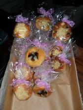 25 koláčků zabalených každý zvlášť..  pro každé dítě ve školce u Davídka ve třídě...   paní učitelky i uklizečky naší třídy dostaly košíčky..   :))))   paní učitelka jim ten den  díky koláčkům vykládala o svatbě :))))