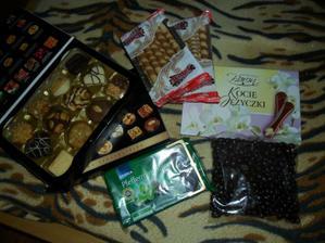 nějaké mlsky ještě na camdys bar...   arašídy v čokoládě...   mentolová čokoláda.... trubičky... a jakési  zajímabvé keksy..  superr..  a kočičí jazýčky...  :)))