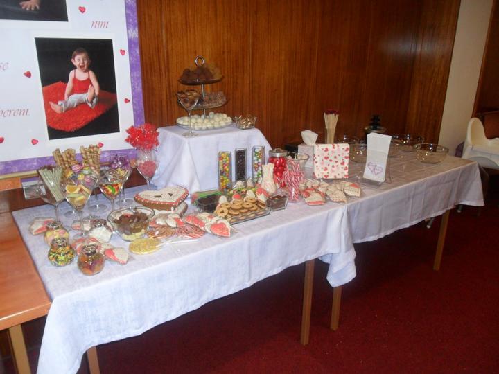 Jak vznikala svatební tabule a candys bar - víceméně hotovo..   vzadu nachystány misky   na ovoce k čoko fontáně.,  :)))))