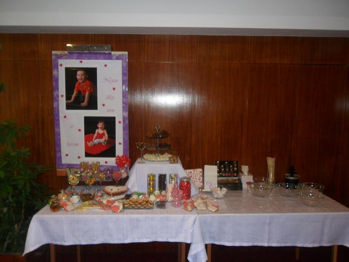 Jak vznikala svatební tabule a candys bar - květina přemístěna  stul odnešený už chybí jen balonky..   ale ty až v den D.. :)))