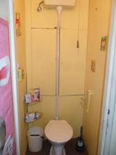 záchod.. trubka nahoru  a splachovadlo  na šňůru, no toto, to už jsme snad poslední na světě  :)))   takže páá pááá   smetiště volá...  :)))