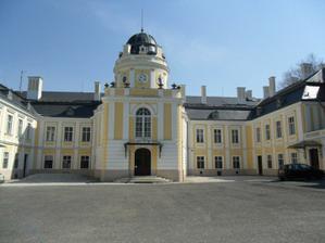 Zámek Šilheřovice zepředu....   stále se rekonstruuje...   ta hromada štěrku tam nebude :))