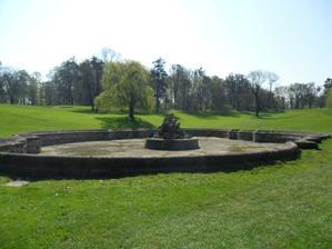 malinký kousek velikého krásného golfového hřiště...   veliká kašna...