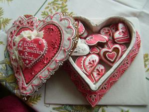 tohle bylo na valentýna...  na svatbě bude podobné....   fialkové....