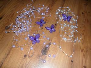 na zkoušku jsem vzala bílé perličky na silonu a fialkové taky... a motýlky...   určitě ale přikoupím.... :)))