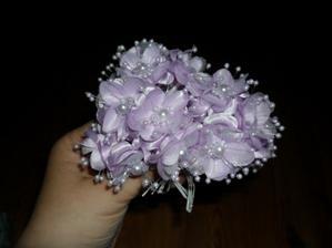 květinky na zkoušku...   sice jsou moc hezké...ale   ty perličky opadávají...   takže   asi už nebrat....    zkusím použít někam, s čím se moc nehýbe...