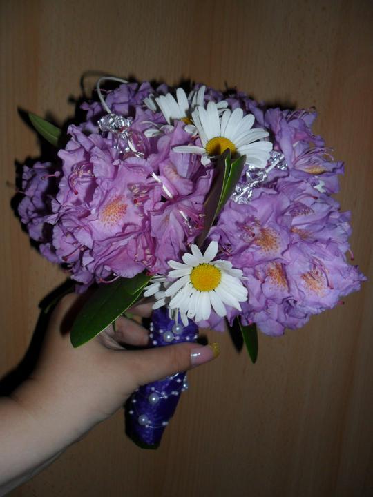 Předběžná představa - Zkusila jsem si udělat květinku svatební... všude kolem zámku mi roste tento rododendron... a k naší fialové svatbě to přesně sedí...  není to profi , ale asi ani ne nejhorší... co myslíte?