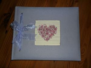 svatební kniha je doma... bohužel na muj vkus moc bledá...  na webu vypadala jinak... ale co už...  už ji máme...  a už u nás zůstane.