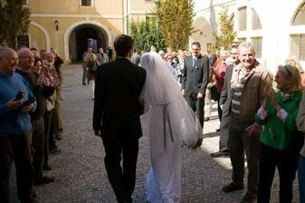 Tleskajici a fotici zastupy turistu pred kostelem :)