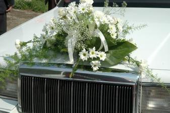 květina na autě nevěsty