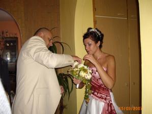 předávání kytí