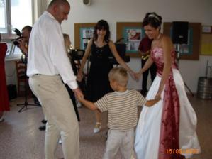 tančení s mladšími sestrami