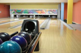 Po obědě něco originálního jako překvapení pro rodiče? .. Bowling? ...