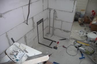 zvarená konstrukcia je kvoli sprchovemu sedatku, ktoré  bude v kúte, avšak nebude zavesené na stene ale na tejto konštrukcii - pripevnenej a zaliatej do podlahy.