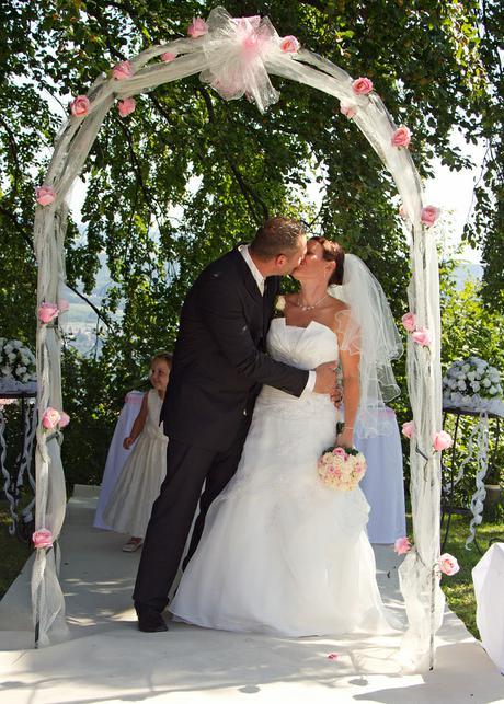 Co už máme a inspirace aneb mořská svatba - Inspirace oblouk, akorát růže bílé