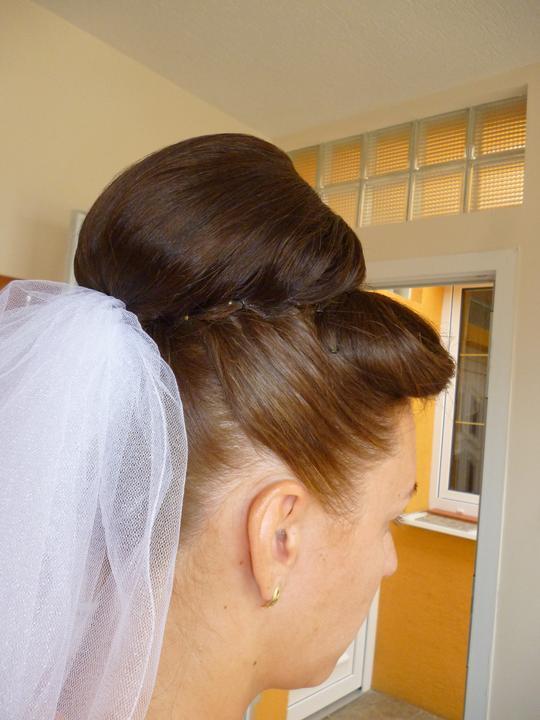 Ucesy, ach tie ucesy... - to bol moj prvy svadobny-spredu som mala taku akoby dieru, tak sa mi nepacil..
