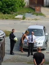 Ženich si přijel pro nevěstu.