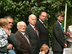 muži vyhlížejí nevěstu