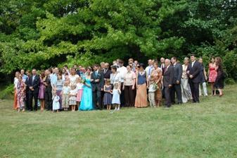 skoro všichni svatební hosté