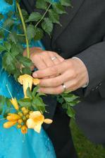 ruce, květiny, prsteny