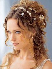Podobně v kombinaci s vyrobenou květinou do vlasů z organzy zakomponuji kytičky:)