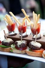 Vegetariánská varianta a bio maso domácí kečup a housky!